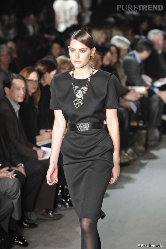 Chez Thakoon le miroir cassé est à l'honneur sur les bijoux et les ceintures pour apporter une touche de luminosité au total look noir.