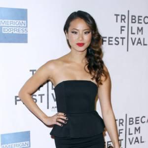 Jamie Chung s'impose avec glamour dans une robe à volant Alice + Olivia.