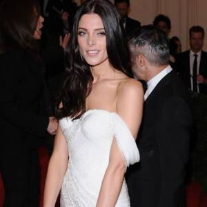 Ashley Greene en Donna Karan.