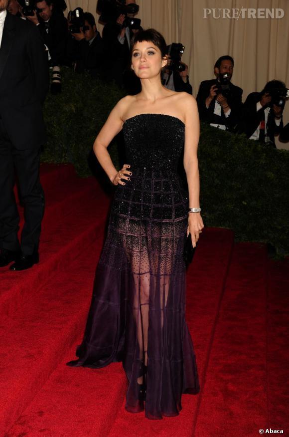 Marion Cotillard mise sur une longue robe Haute-Couture Christian Dior.