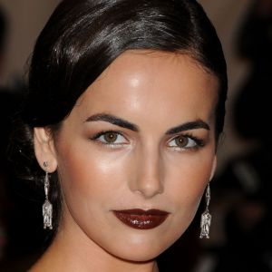 Do : Comme Camilla Belle, on porte le sourcil épais mais structuré et propre