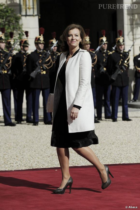 Valérie Trierweiler porte une robe Apostrophe noire pour l'occasion.