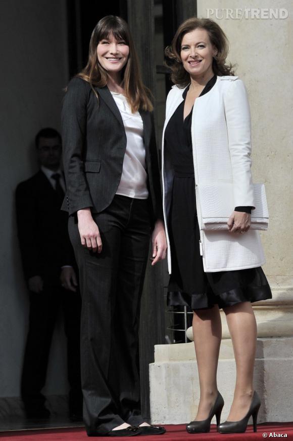 L'ancienne Première dame Carla Bruni et la nouvelle Valérie Trierweiler lors de l'investiture de François Hollande.