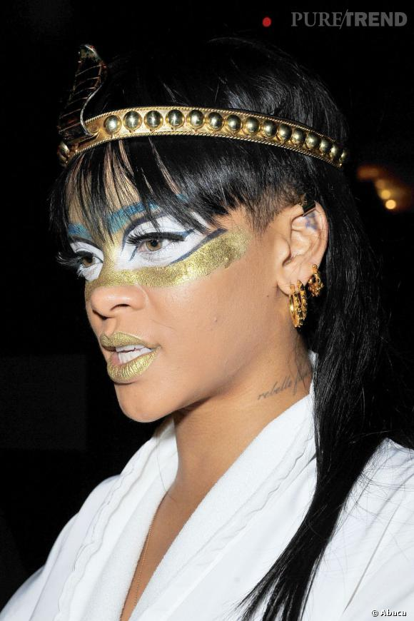 Rihanna, maquillée version reine égyptienne.