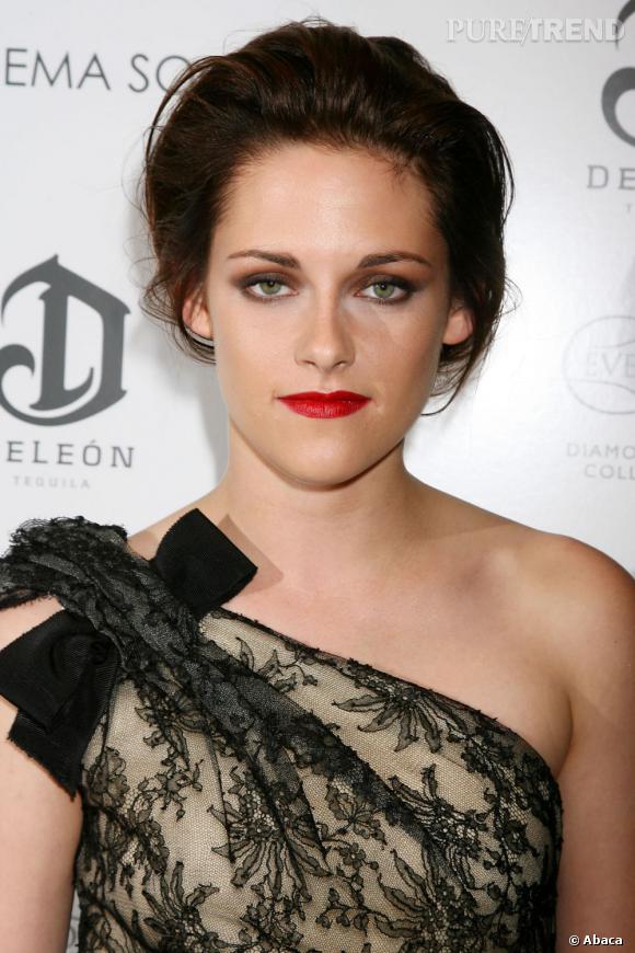 Kristen Stewart apprend de plus en plus à maîtriser ses cheveux et se conforte dans ses choix. Elle définit de mieux en mieux ce qui lui va, fin 2010. Ce chignon gonflé est une belle réussite.