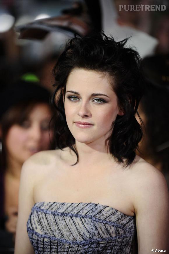 Kristen Stewart se la joue punk fin 2009 en ébouriffant sa masse supérieure et en apportant des ondulations à ses longueurs.