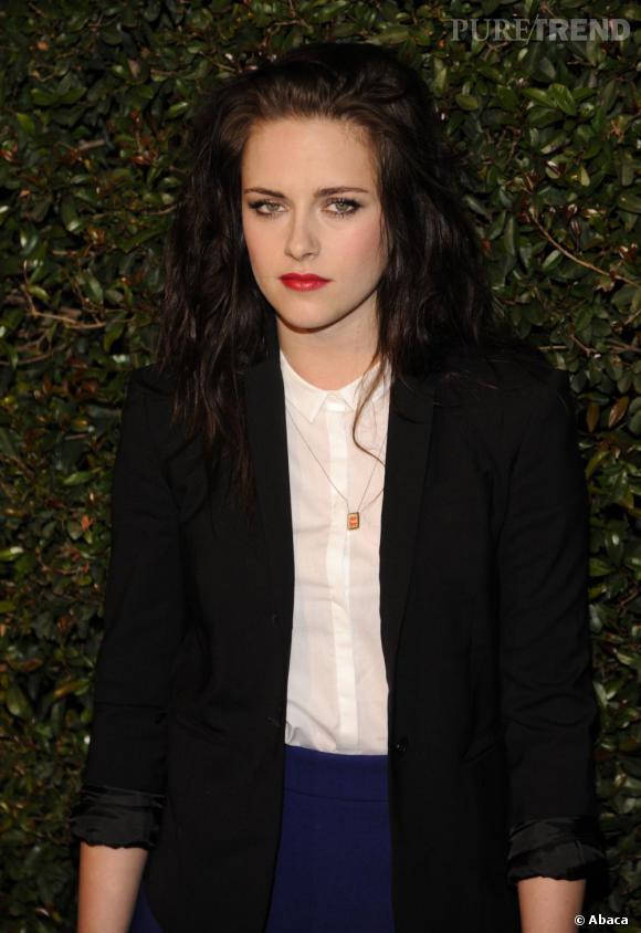Chic et décalé, Kristen Stewart twiste son blaser avec une chevelure wavy. Un top.