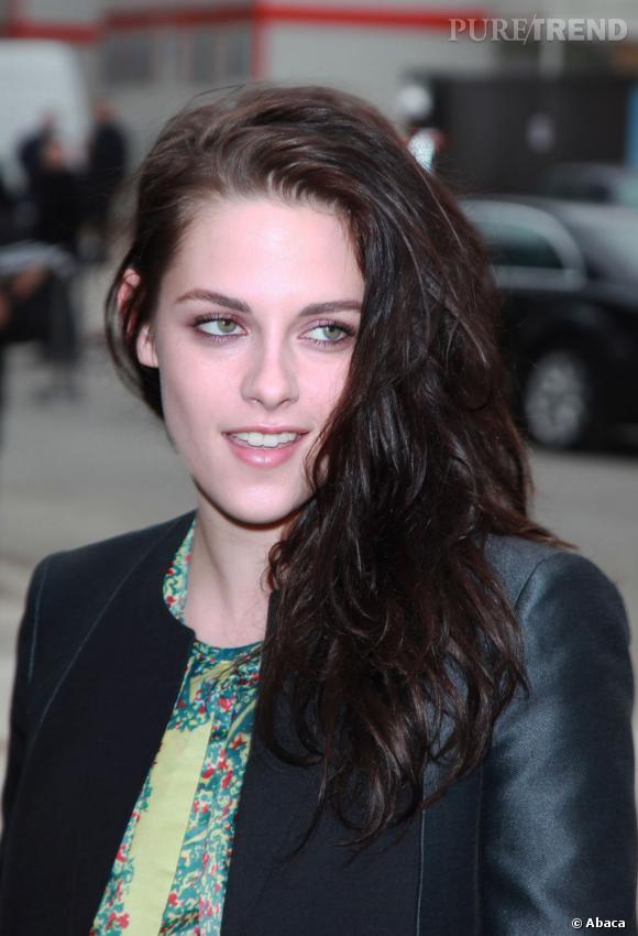 Sensuelle, Kristen Stewart porte ses cheveux foncés et ondulés sur une épaule. La base à savoir pour une actrice.