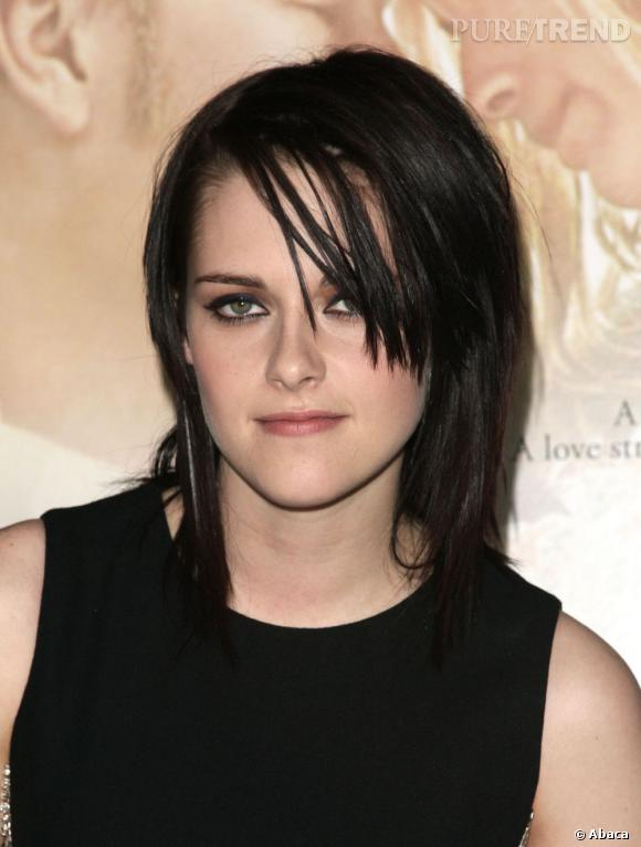 Début 2010, Kristen Stewart fait un retour à ses racines rock en lissant ses cheveux noirs et en laissant un mèche de cheveux balayer son regard.