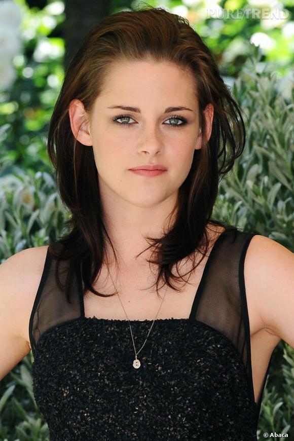 Pour masquer sa raie, Kristen Stewart coiffe ses cheveux en arrière. Un bémol toutefois pour les racines plus claires.
