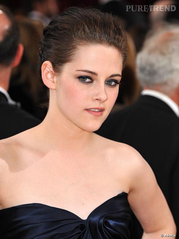 Pour les Oscars de 2010, Kristen Stewart opte pour un chignon subtil. Elle y dépose quand même sa signature avec du volume aux racines.