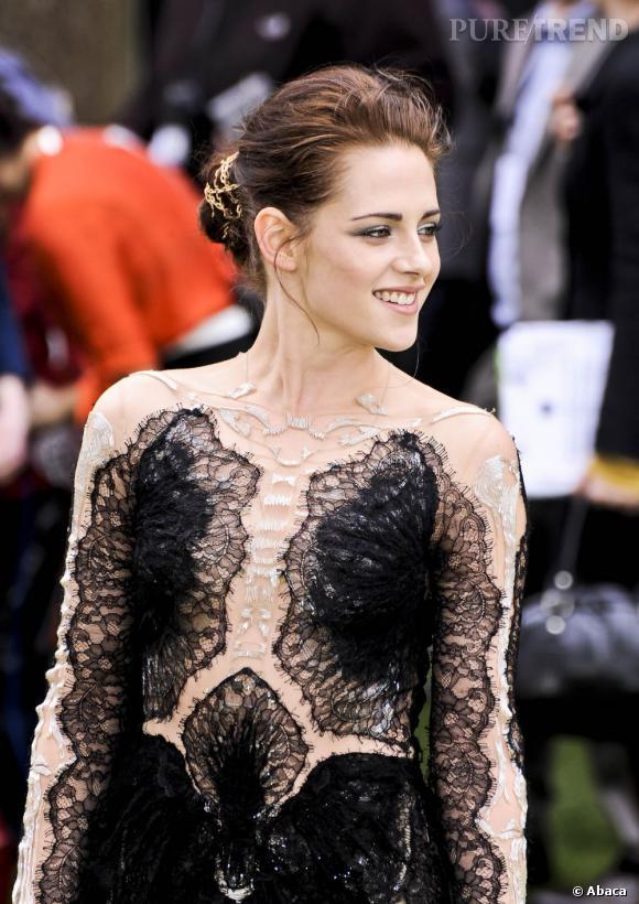 Kristen Stewart ne commet plus d'impair aujourd'hui. Ce chignon redécoré de fils d'or est une merveille que l'on aimerait pouvoir se faire.