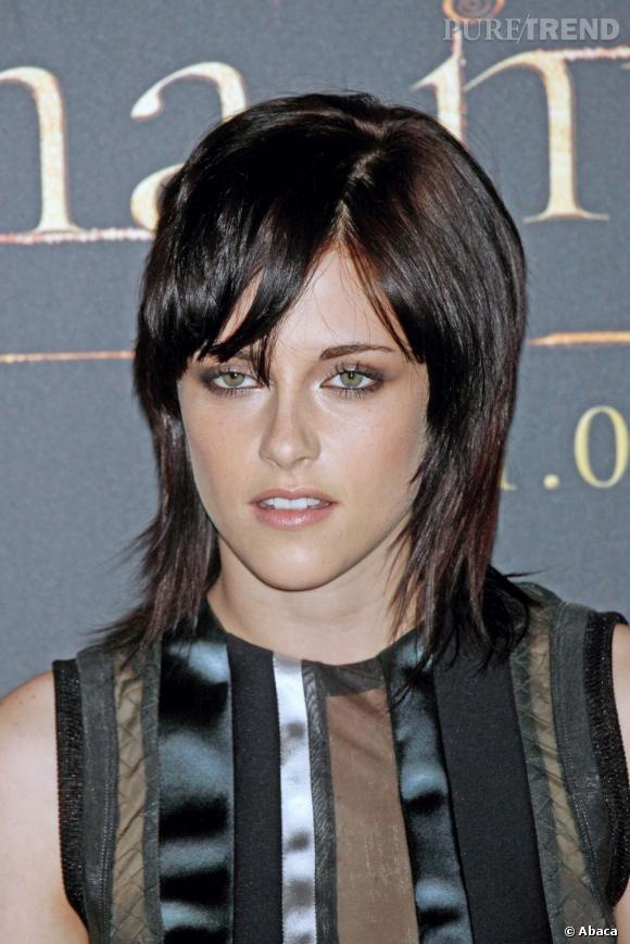 Lorsqu'elle retrouve enfin un carré, Kristen Stewart troque son noir corbeau contre un brun foncé plus chaleureux.