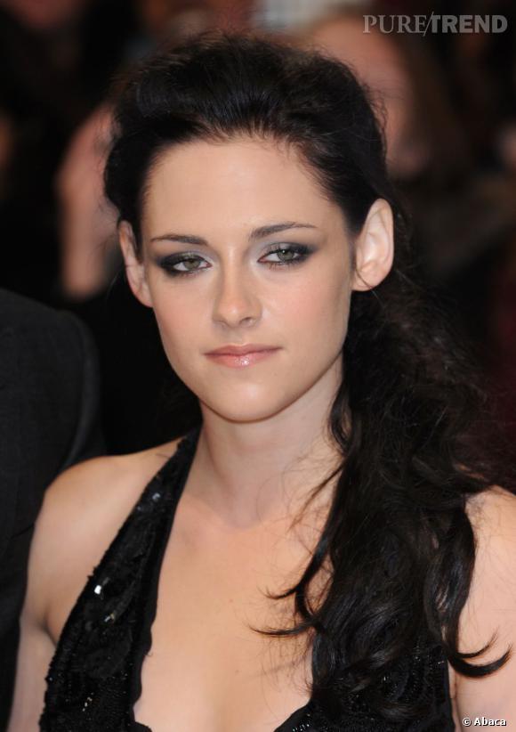 Kristen Stewart met ses traits et la forme de son visage en valeur avec une demi-queue wild.