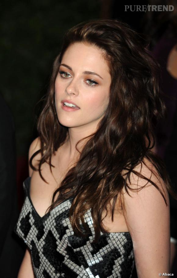 Le visage fin de l'actrice se dégage à merveille avec des cheveux plus volumineux. Grosses ondulations, couleurs lumineuses et volume maitrisé. Un sans-faute.