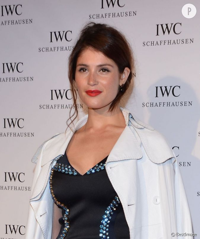 gemma arterton craque pour le rouge l vres carmin. Black Bedroom Furniture Sets. Home Design Ideas