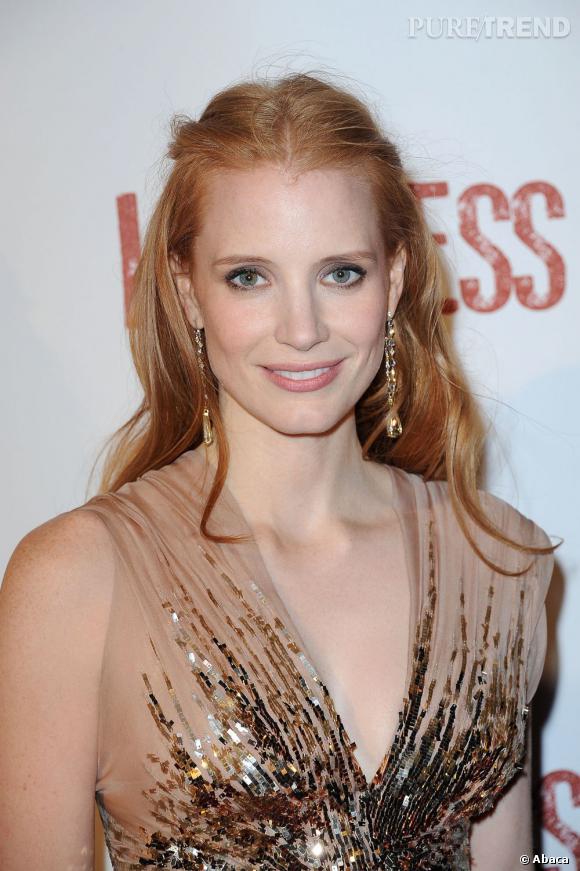 57d5172b036 Jessica Chastain coiffe sa jolie chevelure rousse d  039 une légère  demi-queue