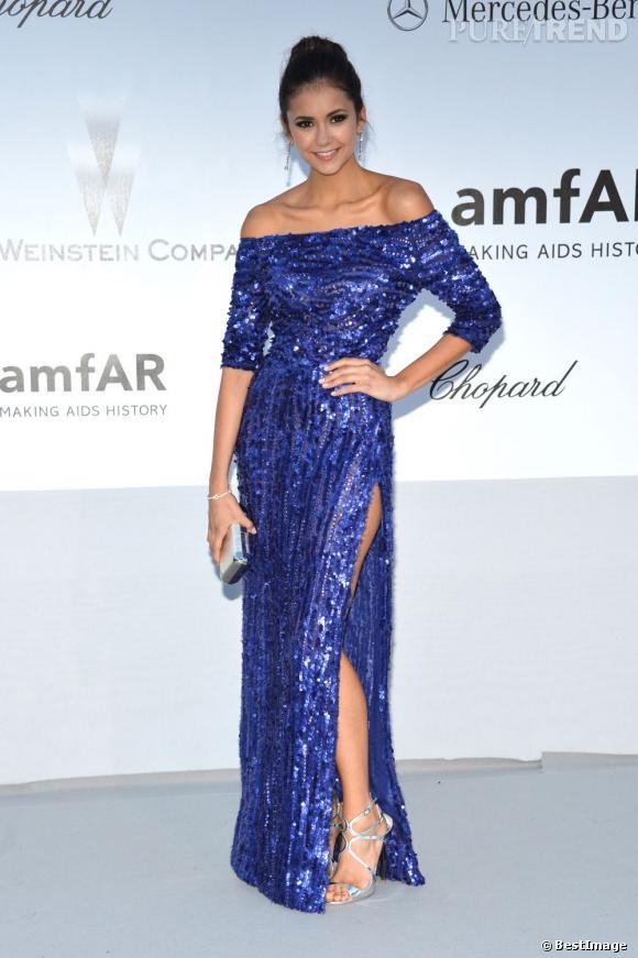 Nina Dobrev, éblouissante dans une robe bleu électrique Elie Saab, en devient agaçante...