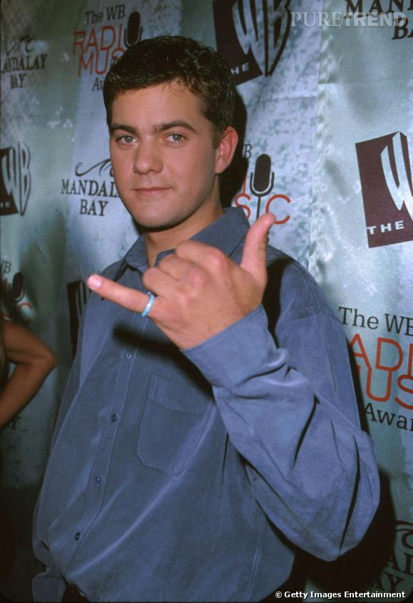 En 1999 :  Joshua Jackson cultive le genre années 90, chemise à reflets et jean sont ses essentiels mode.