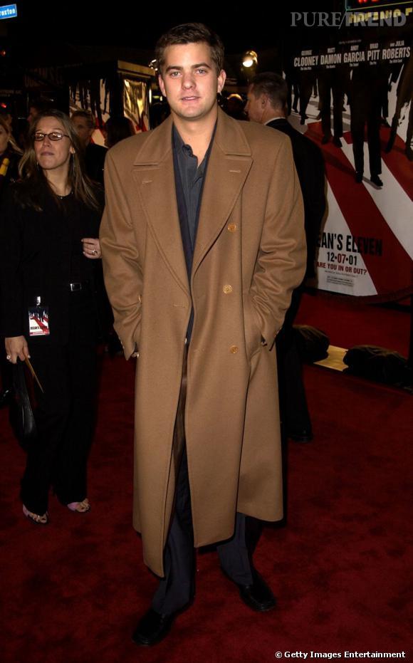 """En 2001 :  Joshua Jackson a trouvé l'option """"classe"""", le par-dessus oversized piqué à papa."""