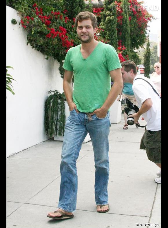 En 2006 :  Joshua Jackson gagne en sex-appeal. Désormais, jean, t-shirt lui suffisent.