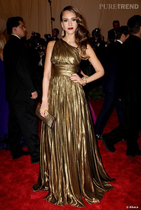 Jessica Alba, férue de mode, flaire la tendance et nous offre un total look or drapé