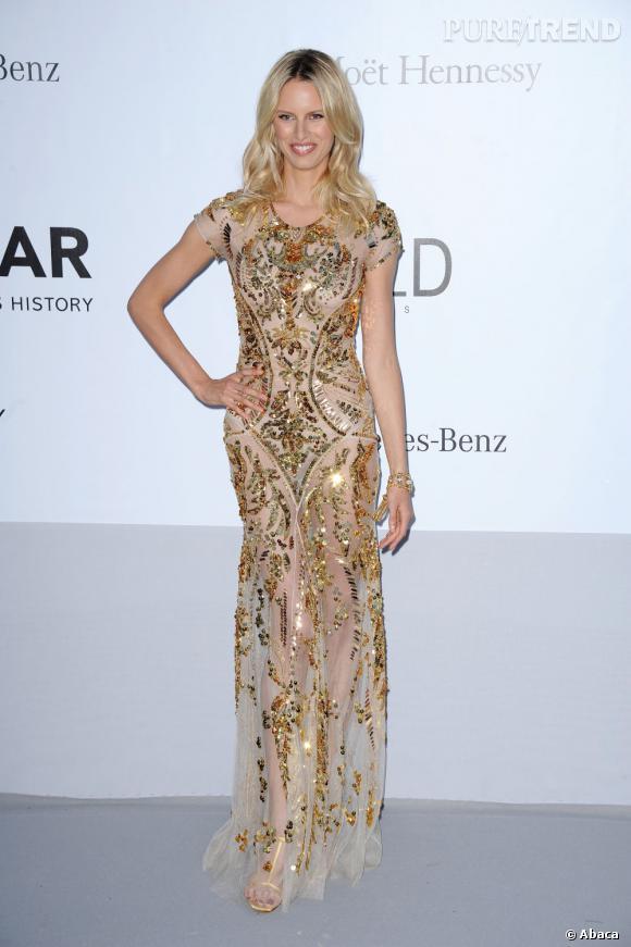 Une pluie d'or tombe sur la robe transparente de Karolina Kurkova. Quand l'or dissimule juste ce qu'il faut...