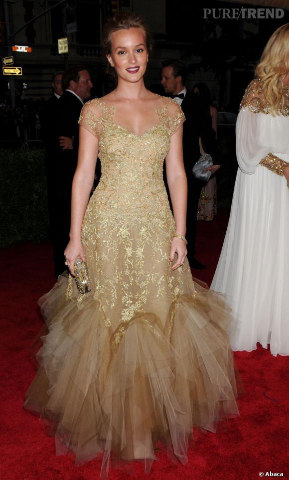 Leighton Meester a-t-elle abusé de l'auto-bronzant ? Une chose est sûre, sa robe en or clair intensifie sa peau hâlée !