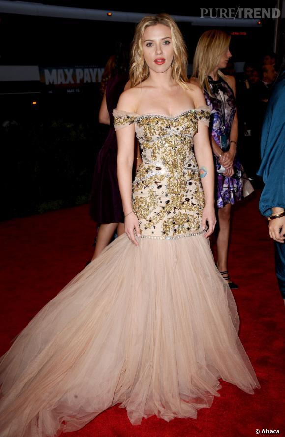 Scarlett Johansson préfère porter l'or par petites touches, comme avec ces délicates broderies.