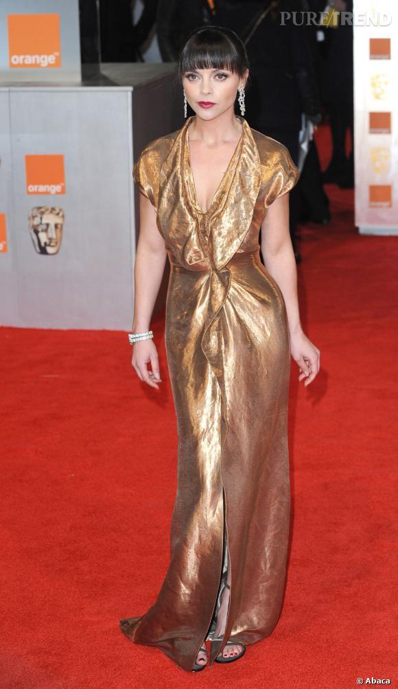 Christina Ricci met sa taille de guêpe en valeur grâce à une robe dorée ultra fluide