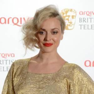 Chevelure blonde sur robe en or: Fearne Cotton est dans son élément.