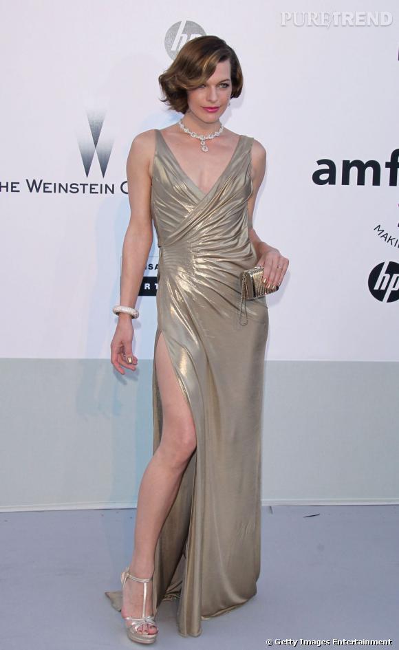 Milla Jovovich choisir une robe fendue en or blanc. Un choix judicieux, car l'or clair ne choquera pas contre sa peau pâle