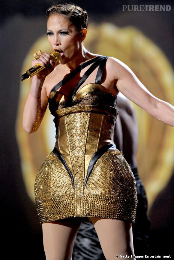 Rien de mieux pour briller sur scène qu'une jolie robe coquée en or. N'est-ce pas J.Lo ?