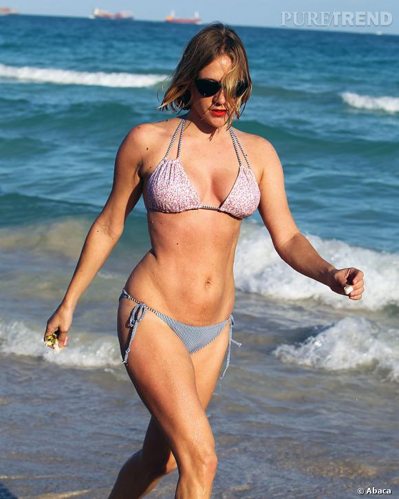 Chloë Sevigny porte aussi bien le minishort en ville que le bikini à la plage.
