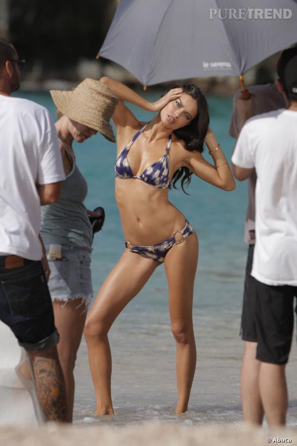 Adriana Lima est prête à se contorsionner pour metre en valeurs les maillots Victoria's Secret.