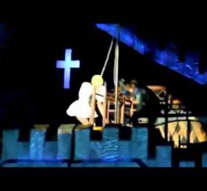 Lady Gaga se tape une barre... de fer ! VIDEO insolite du jour