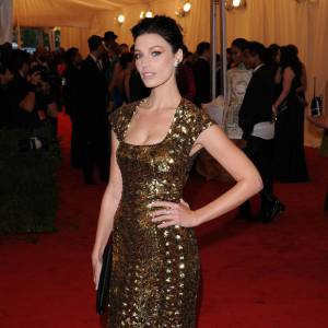 "Belle métallique, Jessica Paré version ""Gold Digger"" lors du MET Ball 2012 à New-York."