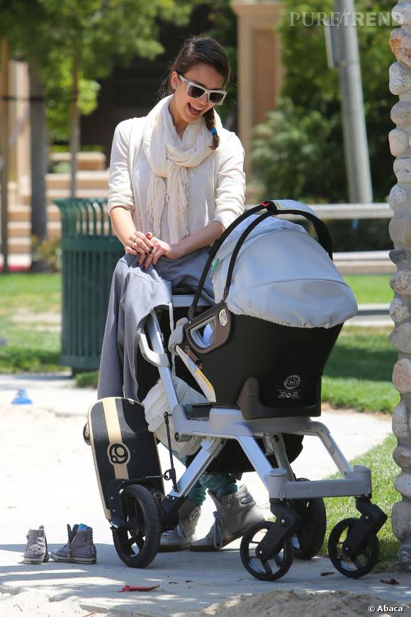 Jessica Alba passe beaucoup de temps au parc. Gaga de sa fille, elle aime la promener et lui faire des grimaces