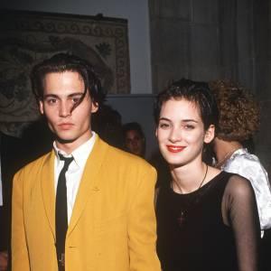 """1989/1993 - Winona Ryder : """"Wino Forever"""" voilà ce qui reste de l'histoire d'amour entre Johnny Depp et Winona Ryder qu'il rencontre sur le tournage de """"Edward aux Mains d'argent"""". En couple pendant 4 ans, il n'avait pas hésité à se faire tatouer """"Winona Forever"""" sur le biceps..."""