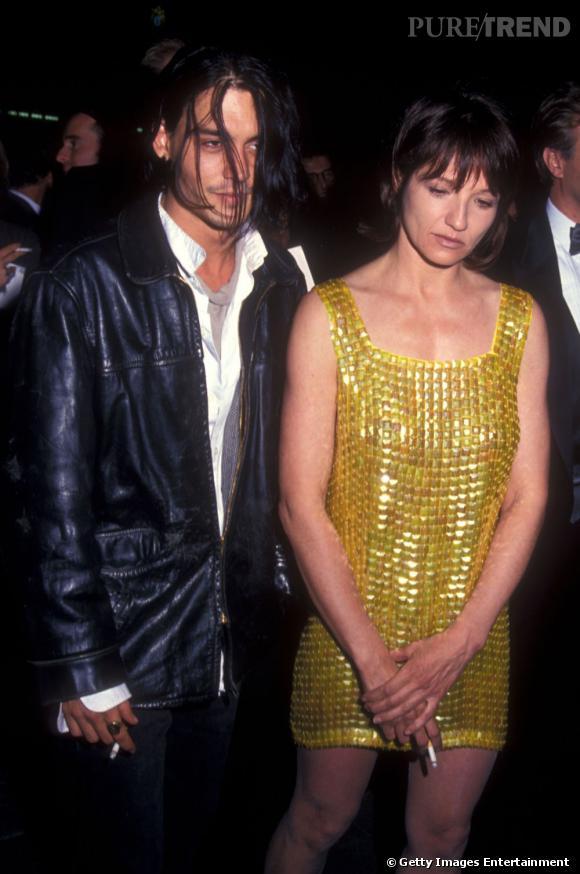1993/1994 - Ellen Barkin  : Après sa rupture avec Juliette Lewis, Johnny Depp s'affiche aux côtés de l'actrice Ellen Barkin de 9 ans son ainée. On murmure qu'elle serait également sortie avec George Clooney...