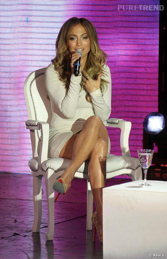 Jennifer Lopez sait se vendre. Robe mini et talons hauts, la chanteuse rayonne et enflamme la plateau télé