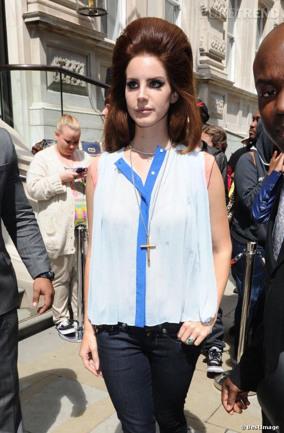 Lana Del Rey à la sortie de son hôtel à Londres.