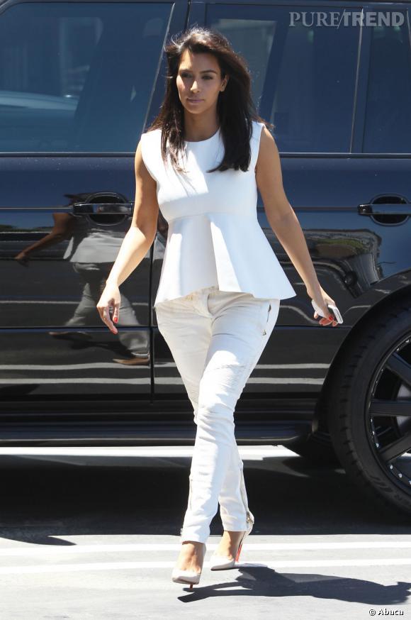 Kim Kardashian porte un jean Balmain et un top Céline.
