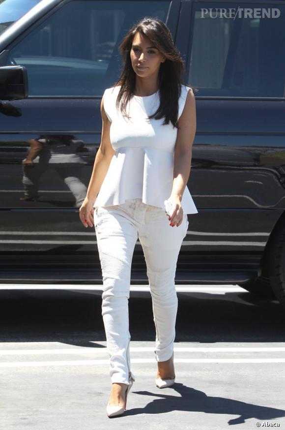 Kim Kardashian conclut sa tenue avec des escarpins Pigalle de chez Christian Louboutin.