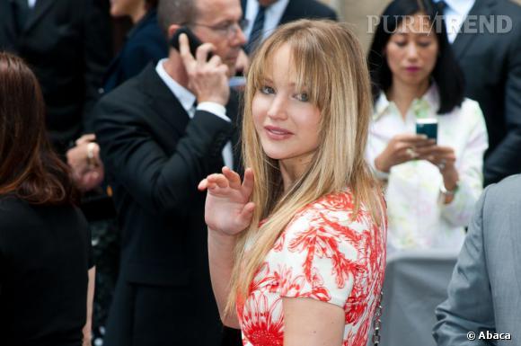 Jennifer Lawrence nous adresse un salut timide. Pourtant l'actrice est épatante dans sa robe Dior !