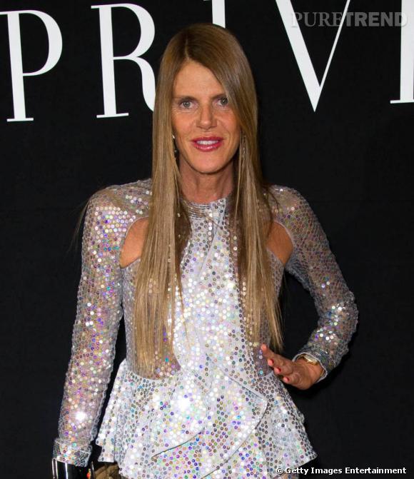 Anna Dello Russo crée encore une fois le buzz en arrivant au défilé Armani dans un ensemble gris couvert de sequins argents aux reflets multicolores