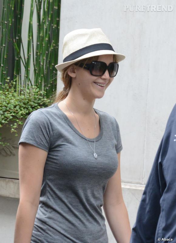 C'est tout sourire que Jennifer Lawrence s'est promenée dans Paris, passant par la case shopping Place Vendôme
