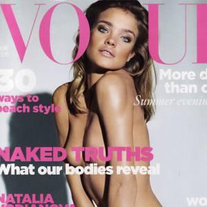 """Natalia Vodianova prend l'éditio """"Naked Truths"""" au pied de la lettre."""