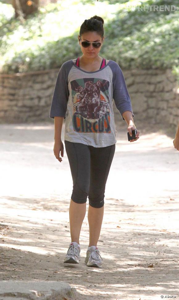 Legging de sport et vieux t-shirt : Mila Kunis opte pour le confort plus que pour la mode