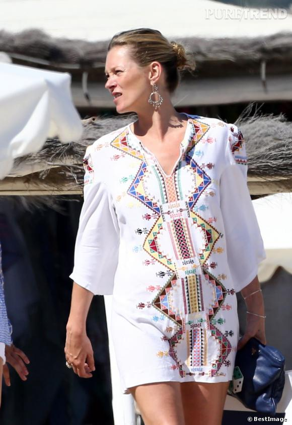 Kate Moss prend quelques vacances à Saint Tropez avec sa fille. Mais, est-ce un début de grossesse que l'on distingue sous sa tunique ?!